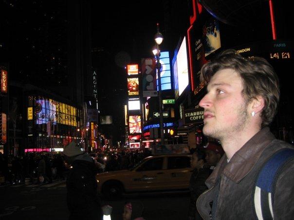 אני בטיים-סקוואר בניו יורק, מתי שעוד לא הייתי נראה כמו ישו (מרץ 2008)
