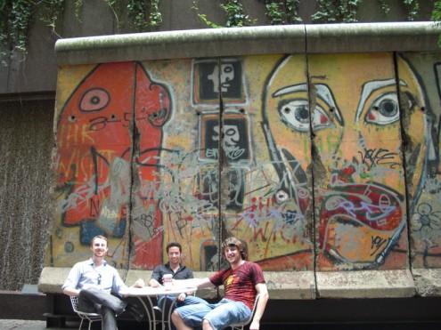 לפחות הצטלמתי על רקע חומת ברלין! - זה באמת מקטע מחומת ברלין...